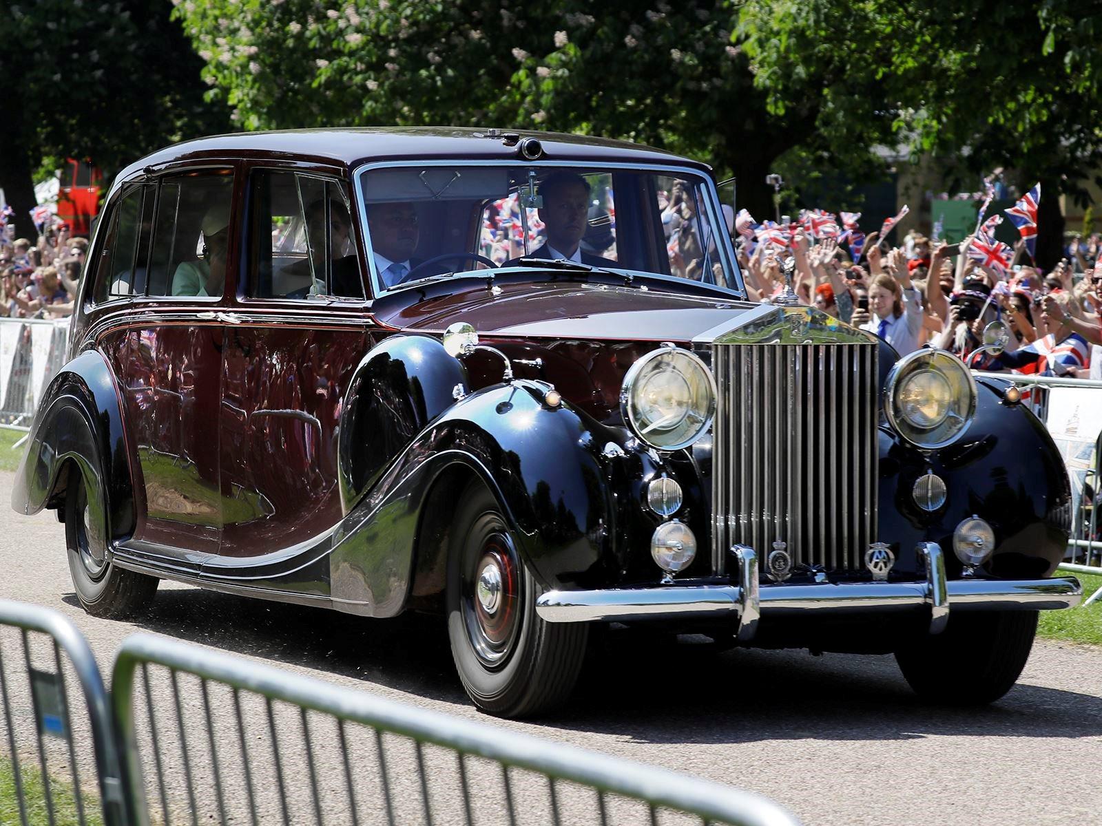 Jaguar E-Type Zero стоит около 470 000 долларов. Mini также сделал на заказ Cooper, чтобы отпраздновать королевскую свадьбу, но в отличие от Phantom IV и E-Type Zero он не столь публичный. Вместо этого он будет продан на предстоящем благотворительном