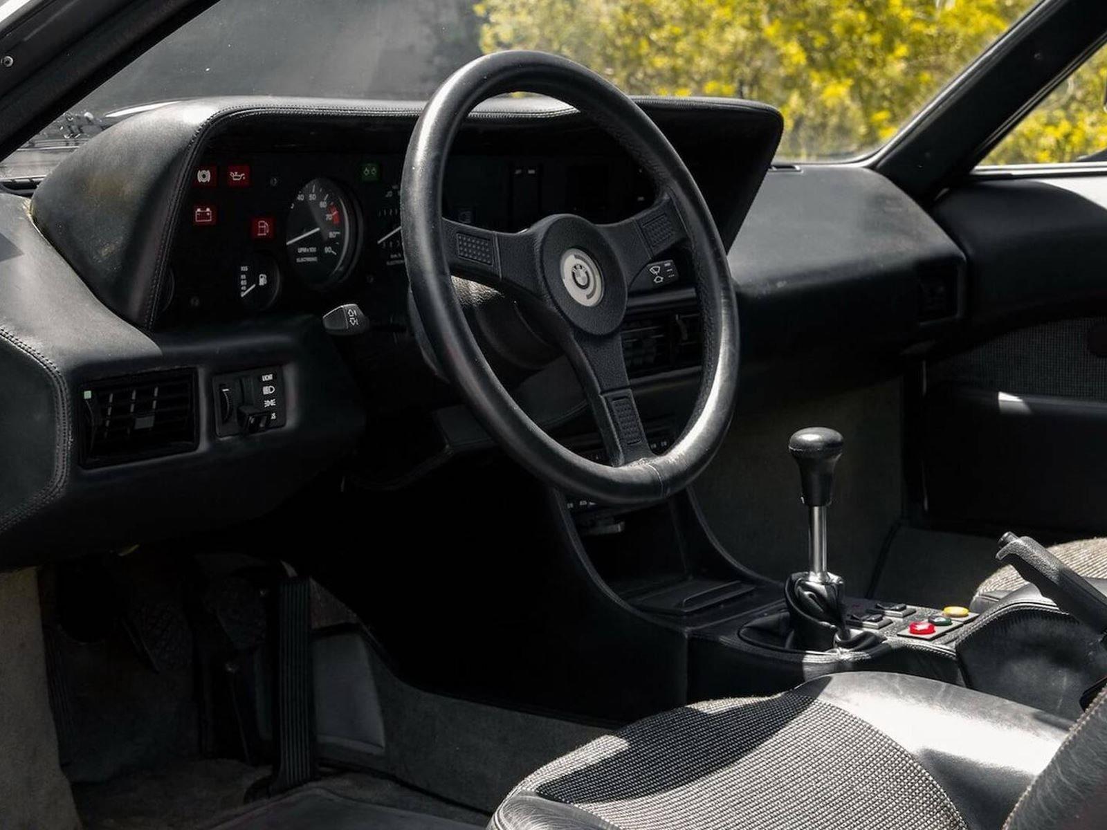 453 экземпляра, 20 из которых были гоночными автомобилями, великолепный M1 - один из самых редких и востребованных BMW, из когда-либо созданных. Построенный между 1978 и 1981 годами, M1 был единственным суперкаром BMW, что делает его весьма желательн