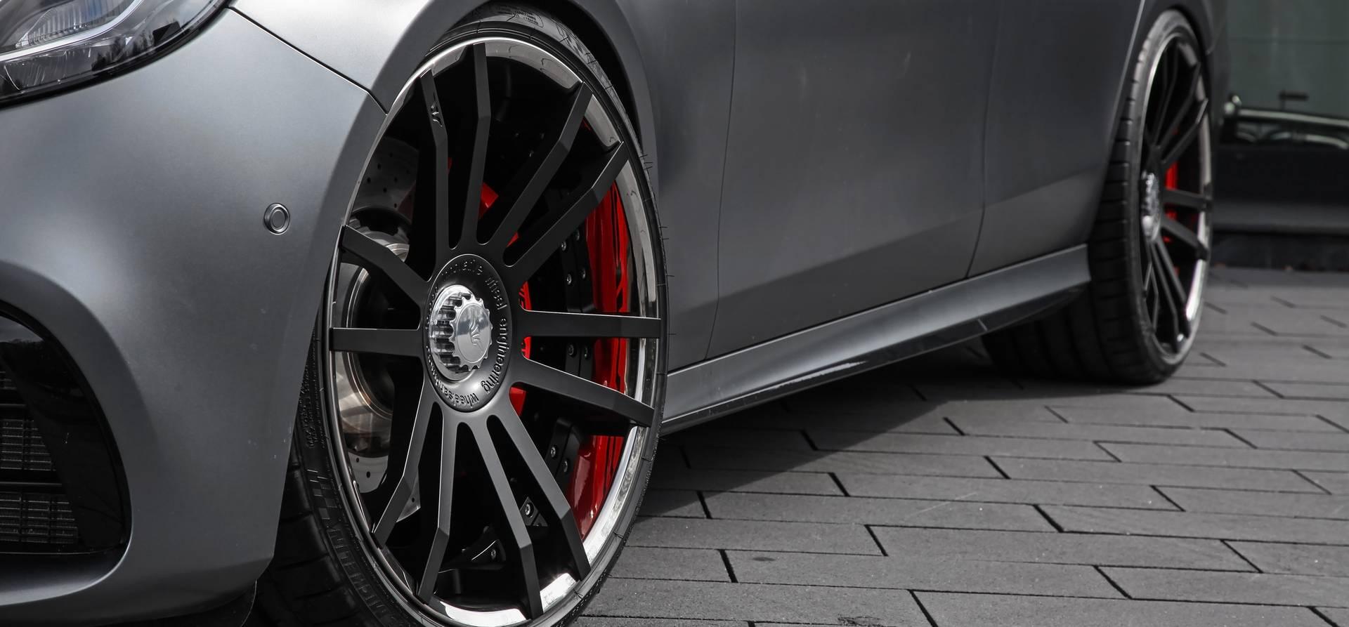 4.0-литровый двухтурбинный двигатель V8 поставляется с завода мощностью 612 л.с. и 850 Нм крутящего момента.