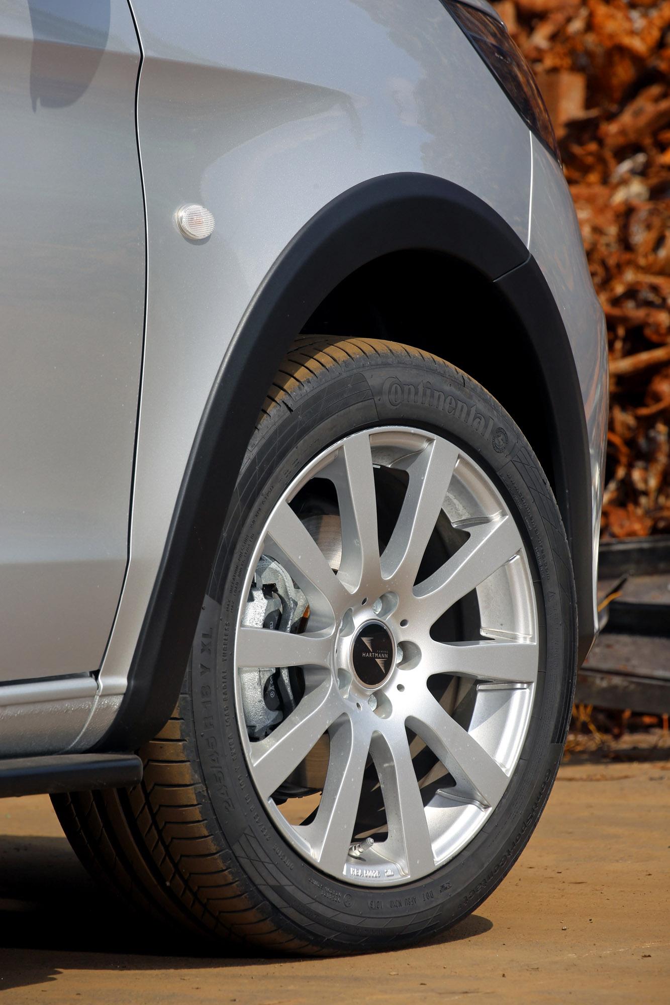 Комплект называется VP Gravity и включает передние и задние накладки, дополнительные детали для крыльев, которые защищают автомобиль, а также улучшают визуальную экспрессию. Существует также съемная конструкция для прицепа. Кроме того, в пакет входит