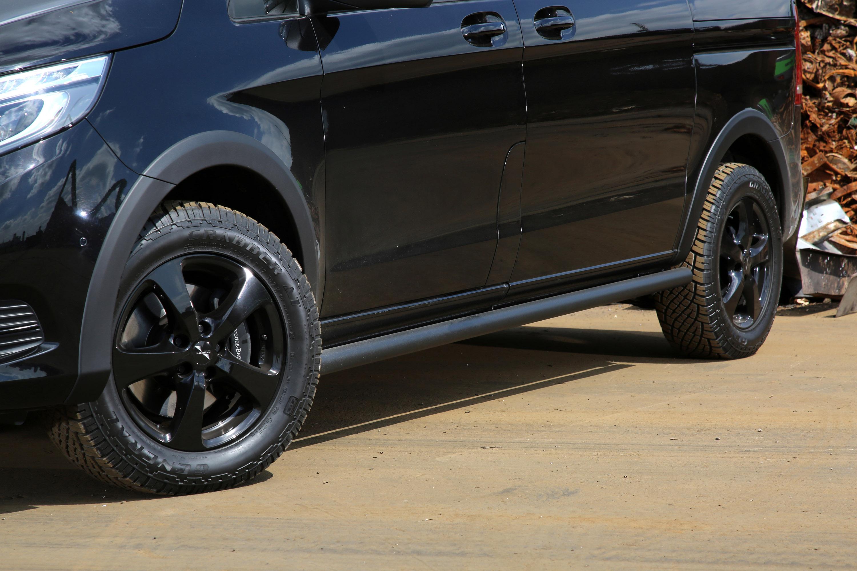 Кроме того, VANSPORTS.DE также предлагает набор подъемных пружин, которые обеспечивают дополнительный комфорт на дороге. И хотя эти двое являются городскими автомобилями, команда решила улучшить внедорожные возможности, установив шины для внедорожник
