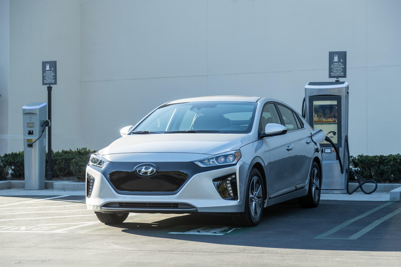 Конечно, все эти технологии трансмиссии и изменения сопровождаются некоторыми визуальными изменениями, которые отмечают современный подход к разработке автомобиля. Ioniq имеет спортивный, напоминающий хэтчбек профиль и демонстрирует аэродинамическую