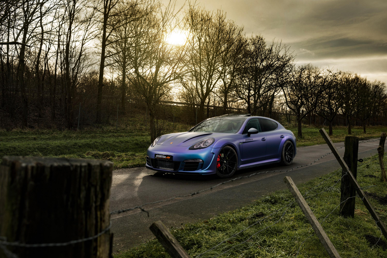 Автомобиль демонстрирует последние тенденции в мире автоспорта. Дизайн-команда выбрала четырех дверную модель и установила обвес Air600-Wide-Aerofi-Kit, который еще больше усиливает массивность и мужественность машины. Виниловая обертка фиолетово-син