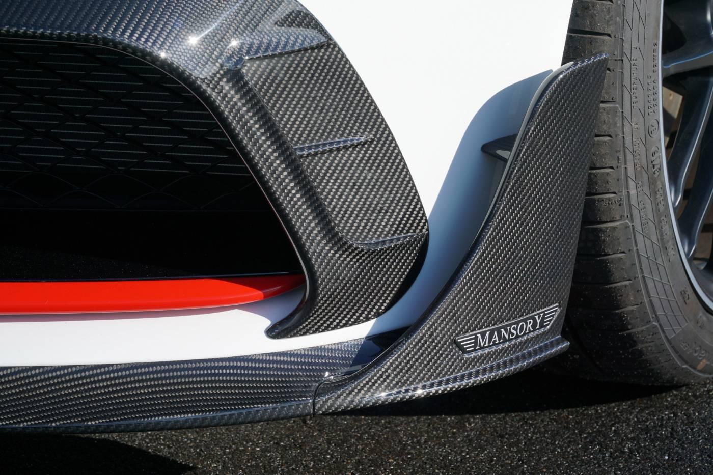 Mansory установили новый комплект расширения кузова из карбона, который включает тонкий передний сплиттер, накладки на бампера, задний диффузор, накладки на пороги и корпуса зеркал.