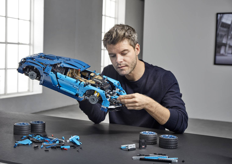 Естественно, это одна из самых дорогих моделей Lego, которую вы можете купить с рекомендованной розничной ценой в 350 долларов. Она была представлена в штаб-квартире Lego в Биллунне Нильсом Б. Кристиансеном, генеральным директором LEGO Group, и прези