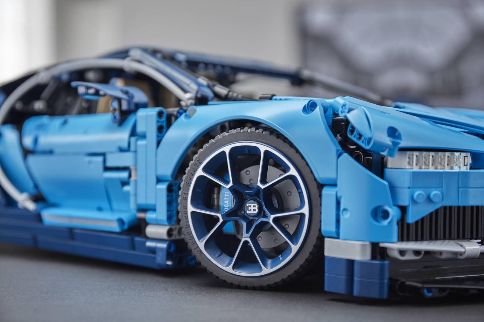 Она состоит из 3,599 отдельных деталей с активным задним крылом и дисками с низкопрофильными шинами. Модель получила тщательно проработанный салон и с подвижными лепестками переключения передач и детальный двигатель W16 с движущимися поршнями.