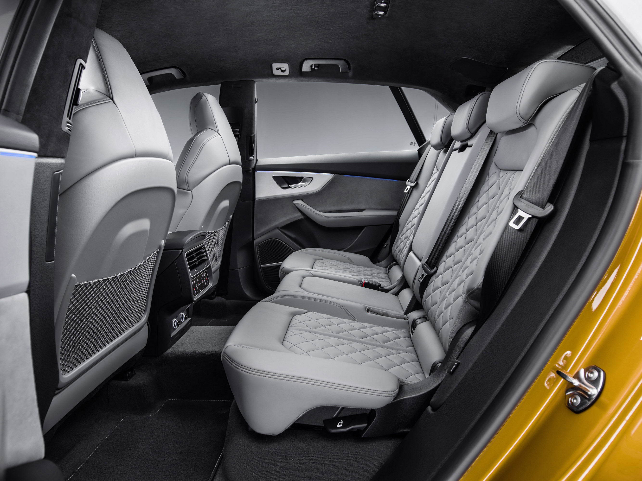 В стандартной комплектации Q8 оснащен системой полного привода Quattro AWD, механическим дифференциалом, который передает мощность на переднюю и заднюю оси в соотношении 40:60, и адаптивной амортизационной подвеской. Имеется также адаптивная пневмати