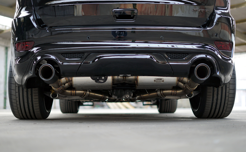 Кроме того, автомобиль также получил специальная выхлопную систему. Он оснащен двухтрубной выхлопной системой из нержавеющей стали с Х-трубами и системой контроля клапанов, а также трехдюймовыми трубами, двумя промежуточными глушителями и четырьмя за