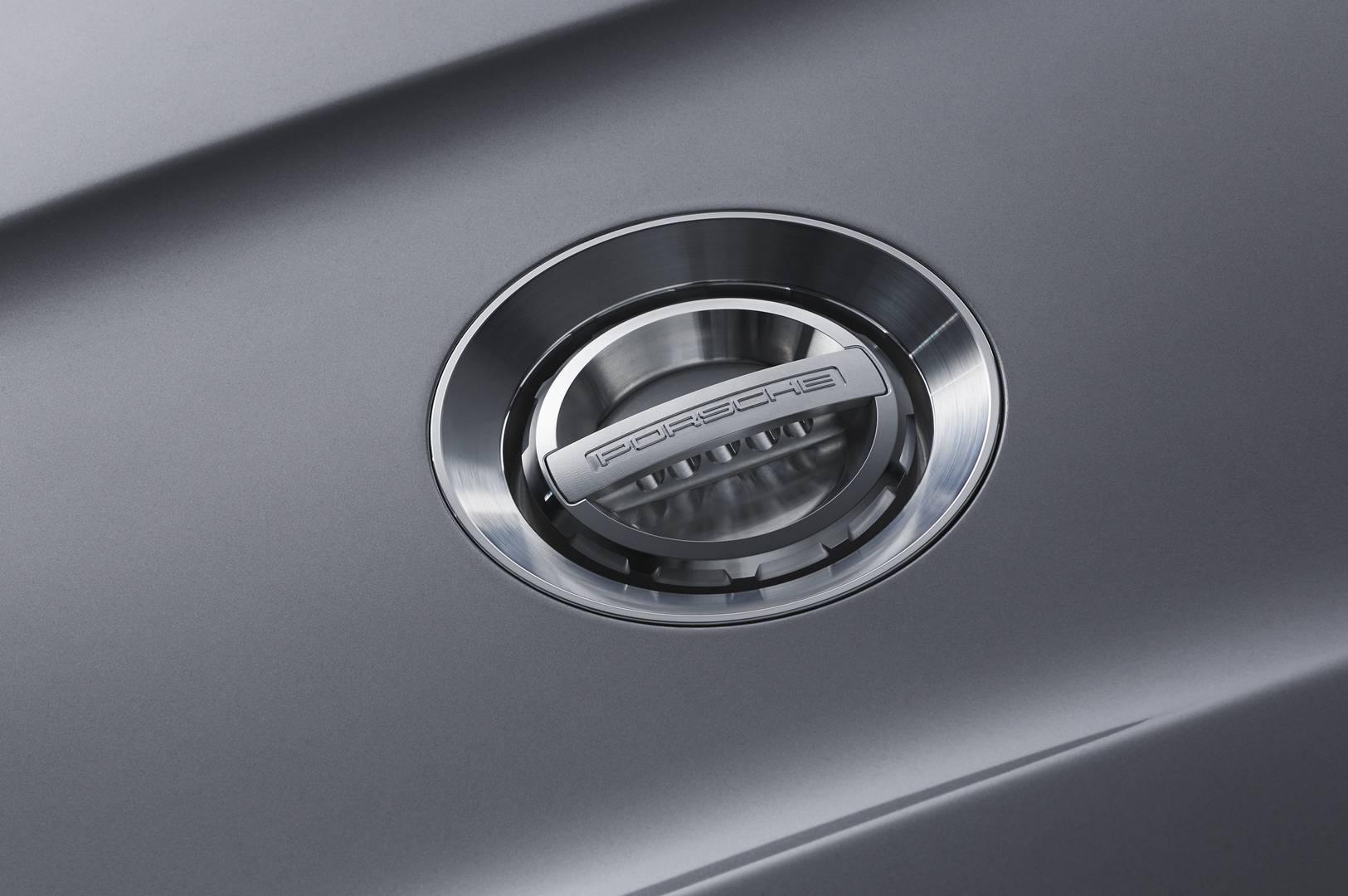 Двигатель представляет собой атмосферный рядный шестицилиндровый блок мощностью 500 л.с. в сочетании с шестиступенчатой механической коробкой передач. Впервые для Porsche, Speedster оснащен 21-дюймовыми дисками с центральным замком.