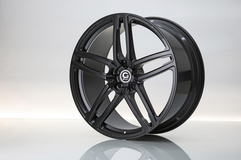 Кроме того, установлены новые колеса - хорошо известные HURRICANE RR с пятью двойными спицами в черном цвете. Размер? Огромные 23 дюйма! Кроме того, передняя ось опускается на 40 миллиметров, а задняя - на 30 мм. Это стало возможным благодаря новой п