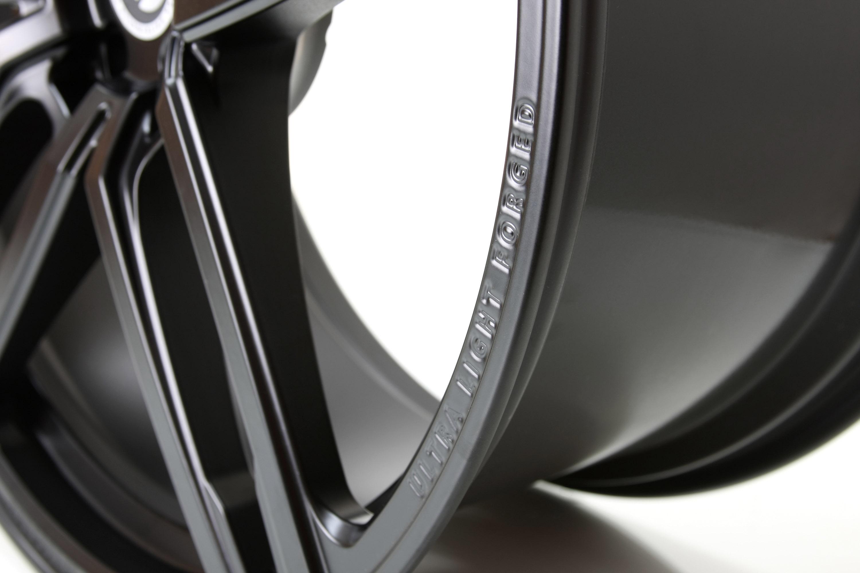 Как настоящий BMW, M6 выглядит агрессивно, угрожающе и уверенно. Тем не менее, были некоторые обновления, которые еще больше усилили это - команда G-POWER установила расширенные крылья, передний бампер с большими воздухозаборниками, канарды, накладки