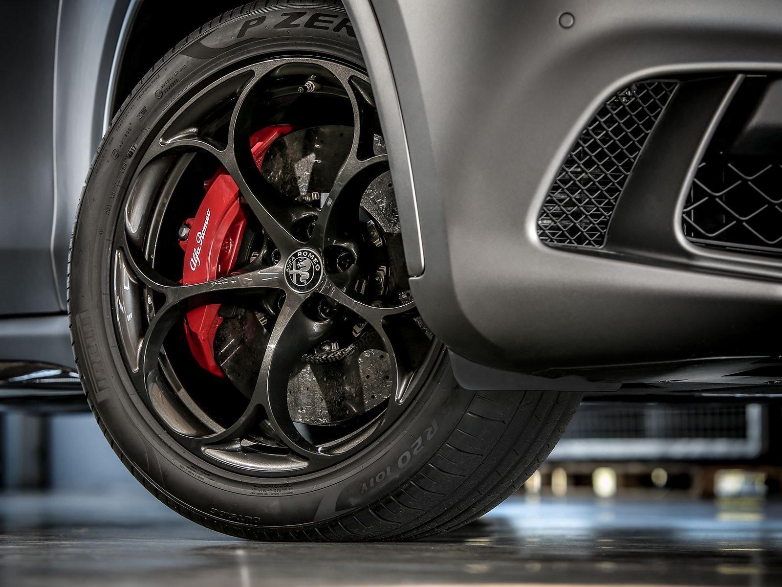 В последние несколько лет Alfa Romeo побил два рекорда на Nurburgring. Giulia Quadrifoglio установила время в 7 минут и 32 секунды в «Зеленом аду», а Stelvio Quadrifoglio по-прежнему является самым быстрым внедорожником, который когда-либо проходил з