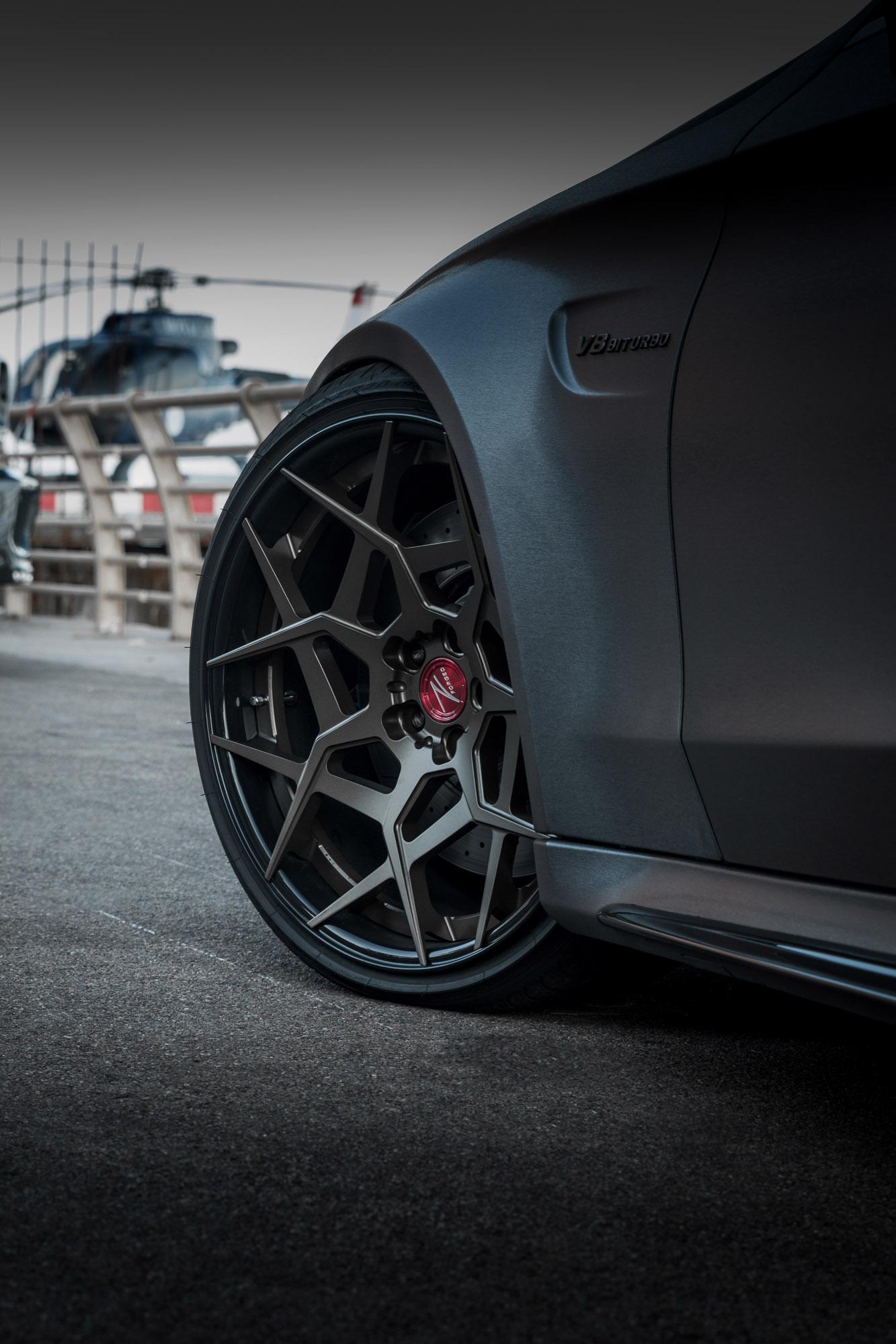 С точки зрения трансмиссии купе оснащен модернизированным четырехлитровым твин-турбо V8, даунпайпом без катализаторов и выхлопной системой от FI Exhaust.