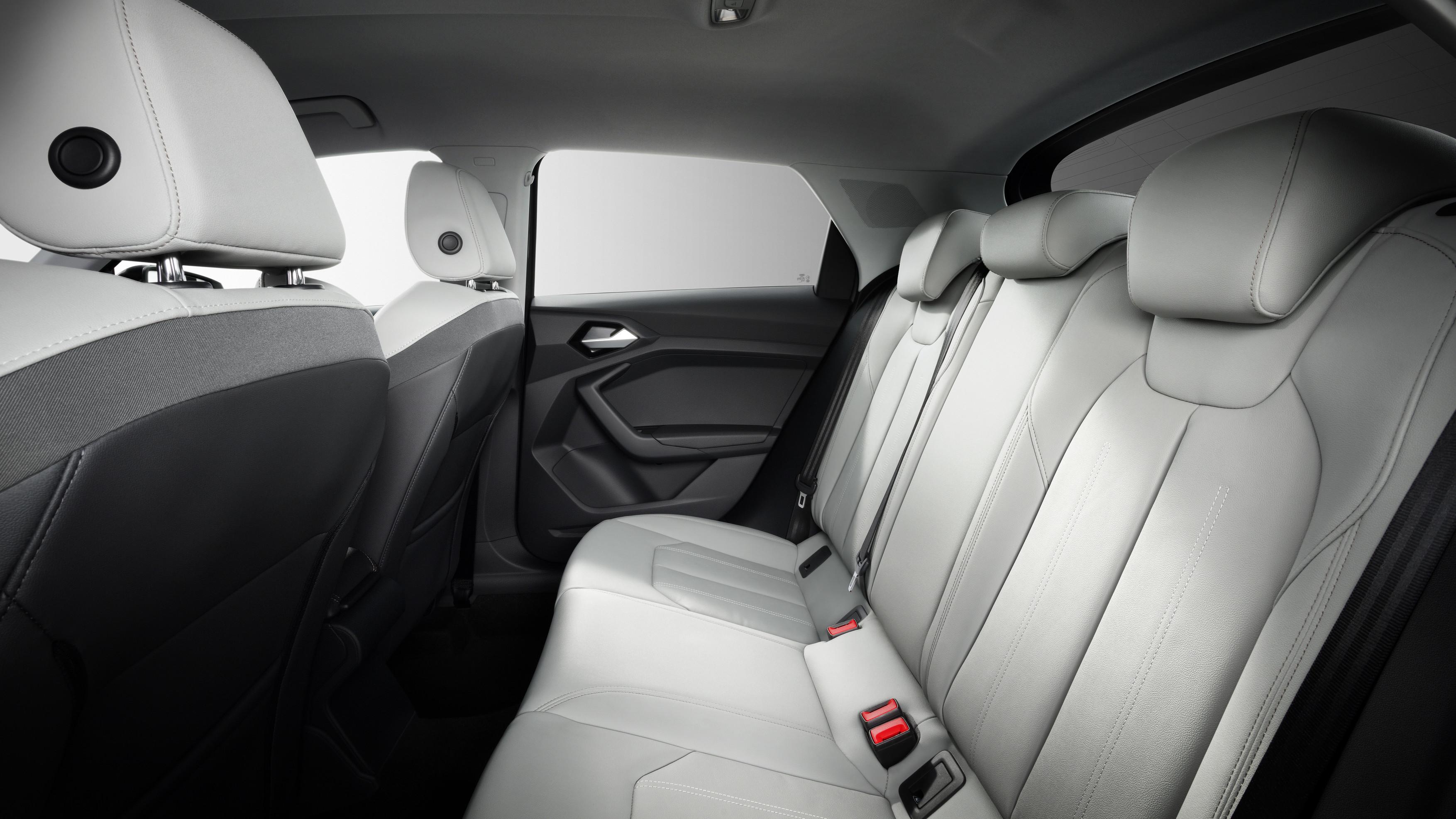 Приборная панель полностью цифровая, с дисплеем размером 10,25 дюймоd и опцией Audi Virtual Cockpit. MMI позаботится о 10,1-дюймовом сенсорном экране. Операционная система последнего поколения доступна с Apple CarPlay, Android Audi и различными други