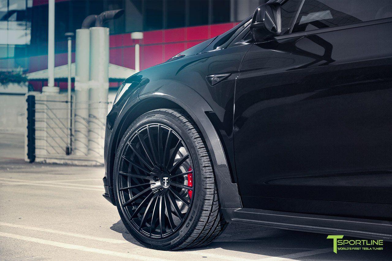 По бокам инженеры T Sportline также добавили выпуклые колесные арки, которые идеально подходят для новых и чрезвычайно массивных 22-дюймовых кованых легкосплавных колес с шинами Pirelli Scorpio Zero.