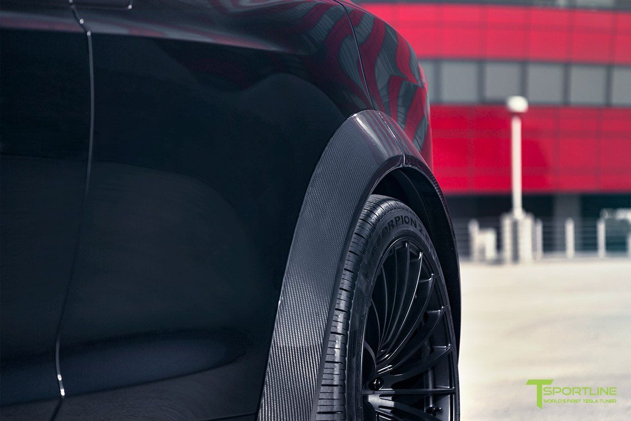 Как утверждают тюнеры T Sportline, их новый проект выглядит более зловещим благодаря новым элементам кузова, изготовленным из предварительно пропитанного карбона, созданного в автоклаве. Здесь мы имеем дело с передним сплиттер и бампером из карбона,