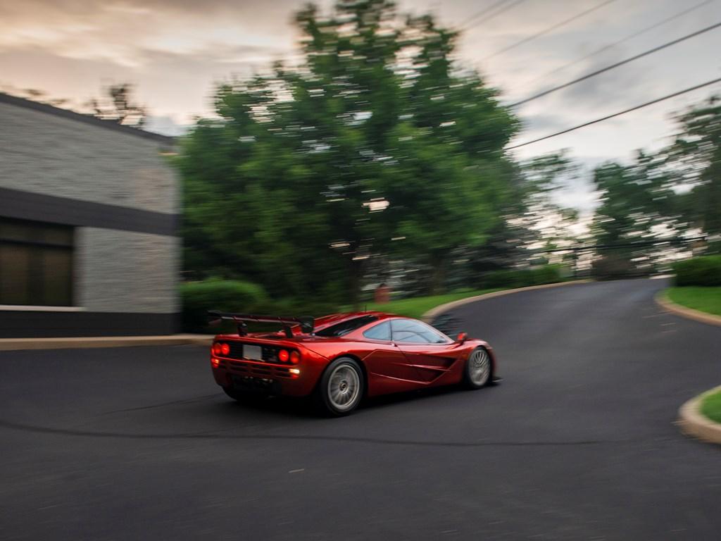 Этот автомобиль, шасси номер 73, 63-й дорожный автомобиль McLaren, и второй в дорожной спецификации F1. Это один из двух экземпляров, усовершенствованных McLaren Special Operations и оснащенных двигателем LM-spec, спутниковой навигацией и дополнитель
