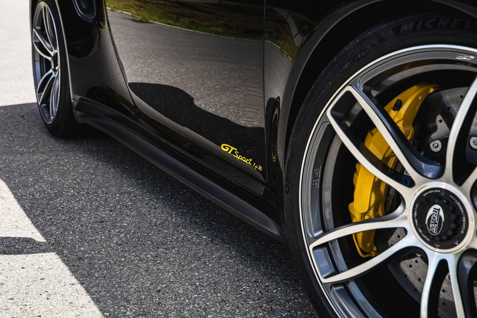 911 Turbo S получает 640 л.с. вместо 580 л.с. стандартной модели вместе с 880 Нм крутящего момента. Разгон до 100 км/ч занимает 2,7 секунды до максимальной скорости 338 км/ч.