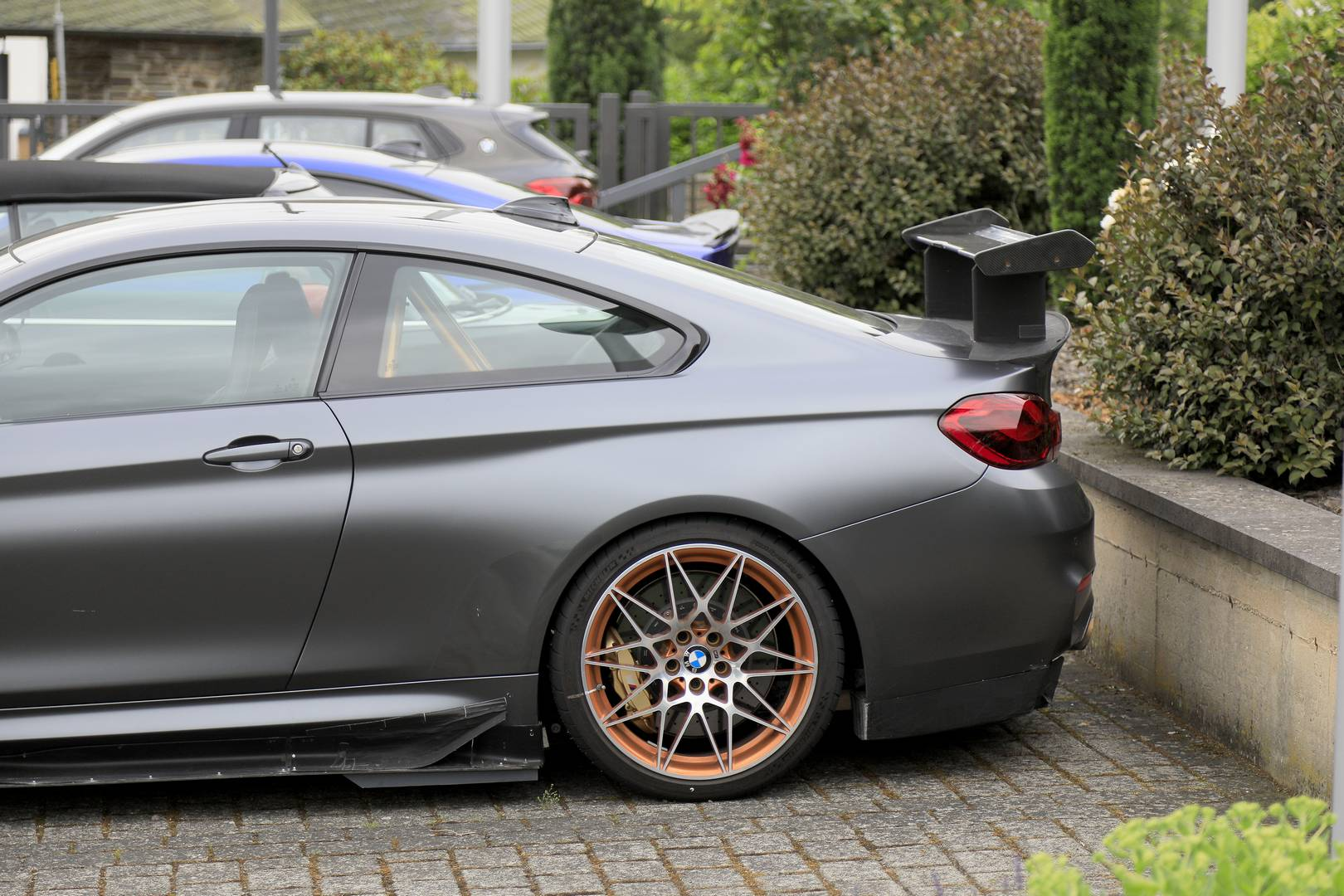 На первый взгляд, эти фотографии показывают BMW M4 GTS.