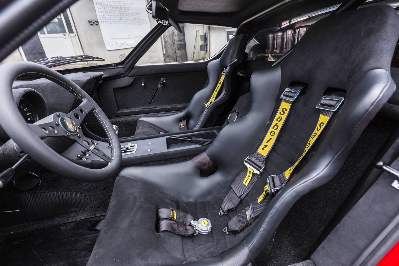 Автомобиль, который восстанавливает Lamborghini, первоначально был Lamborghini Miura S, который покинул завод в Verde Miura с черным интерьером.