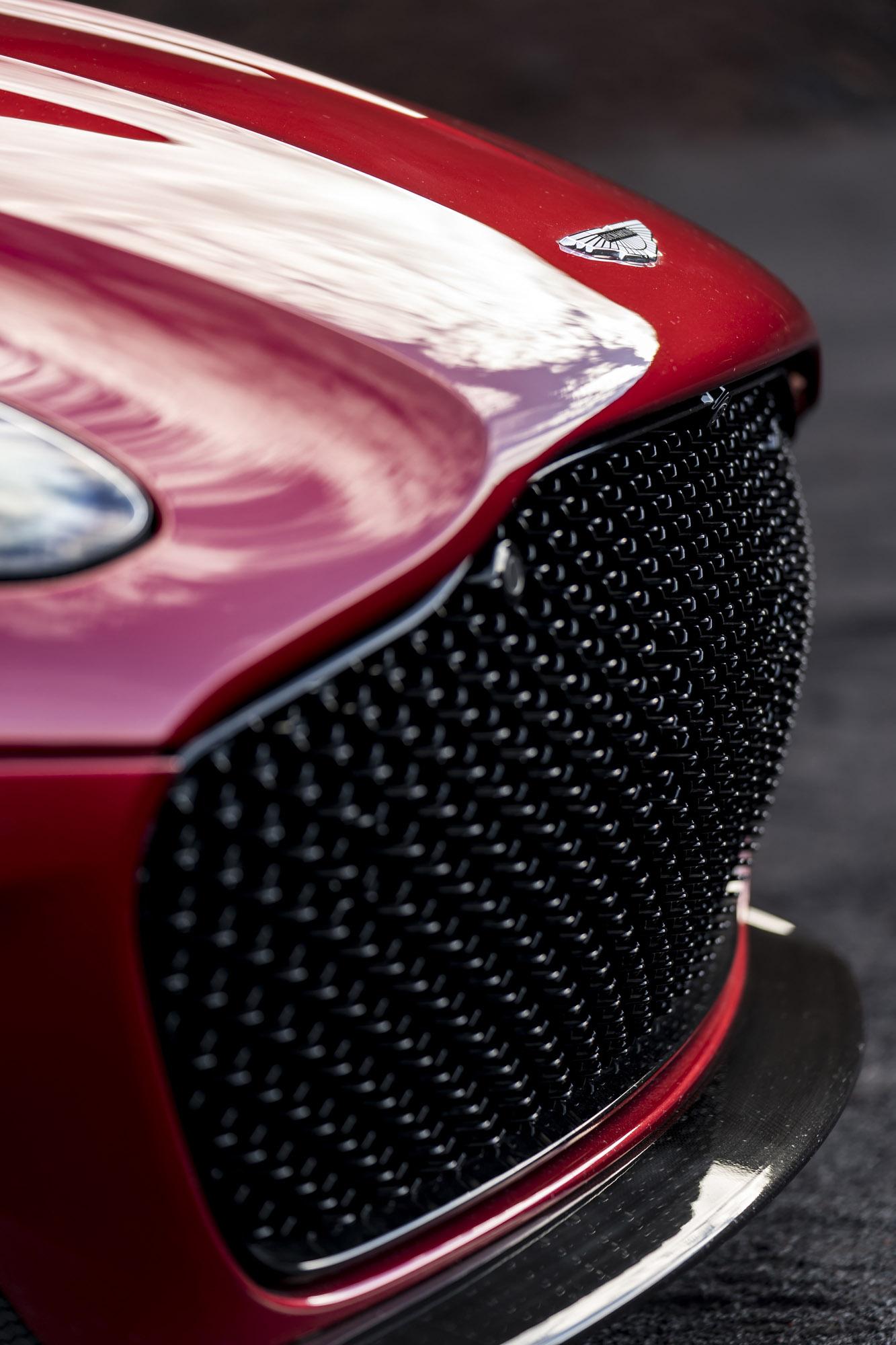 В стандартной комплектации он получает отделку алькантарой, два варианта дизайна колес – стандартные диски с Y-спицами и облегченные диски с закругленными спицами. Оба варианта имеют размер 21 дюйм и обуты в шины Pirelli, специально созданные для это