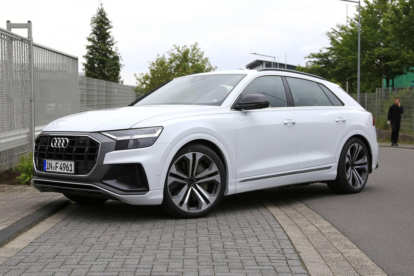 Визуально нет никакой разницы между этим автомобилем и Q8, который сейчас существует. Ожидается, что SQ8 получит новый дизайн передней части и обновленный задний диффузор.
