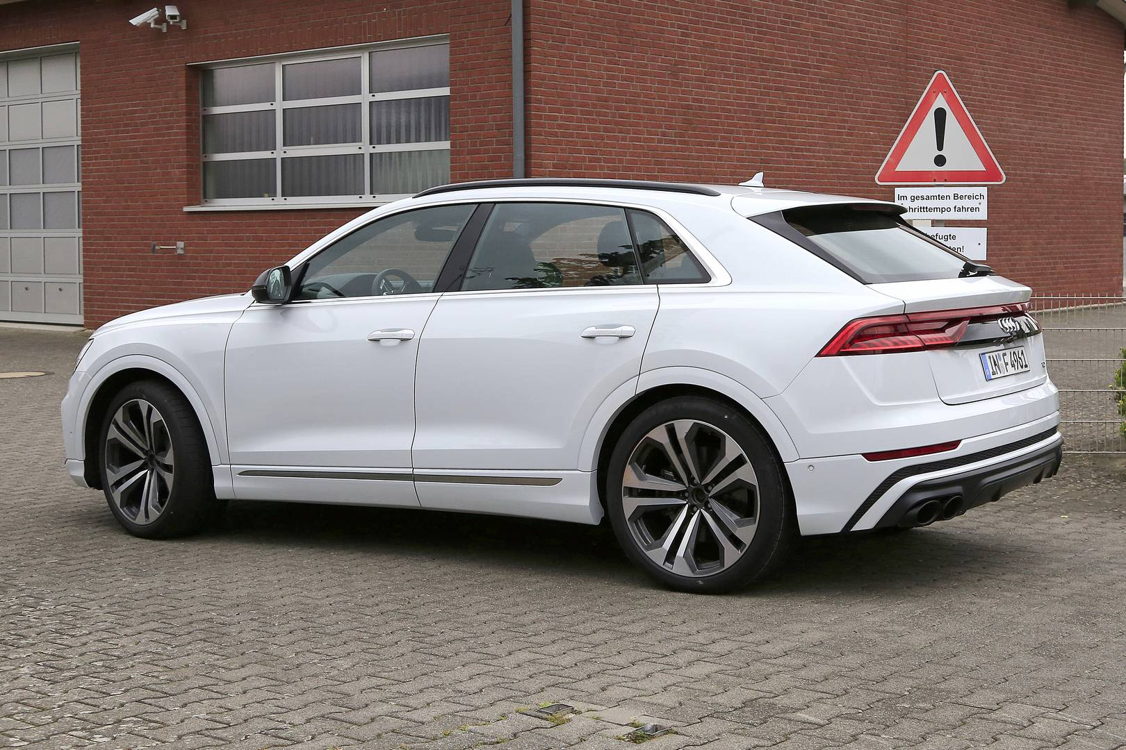 Фотографии показывают автомобиль со значком TDI. Не обманывайте себя, четыре выхлопные трубы - это то, куда вы на самом деле должны смотреть. У тестируемого автомобиля, похоже, была трансмиссия нового Audi SQ8, пересаженного в более послушную модель