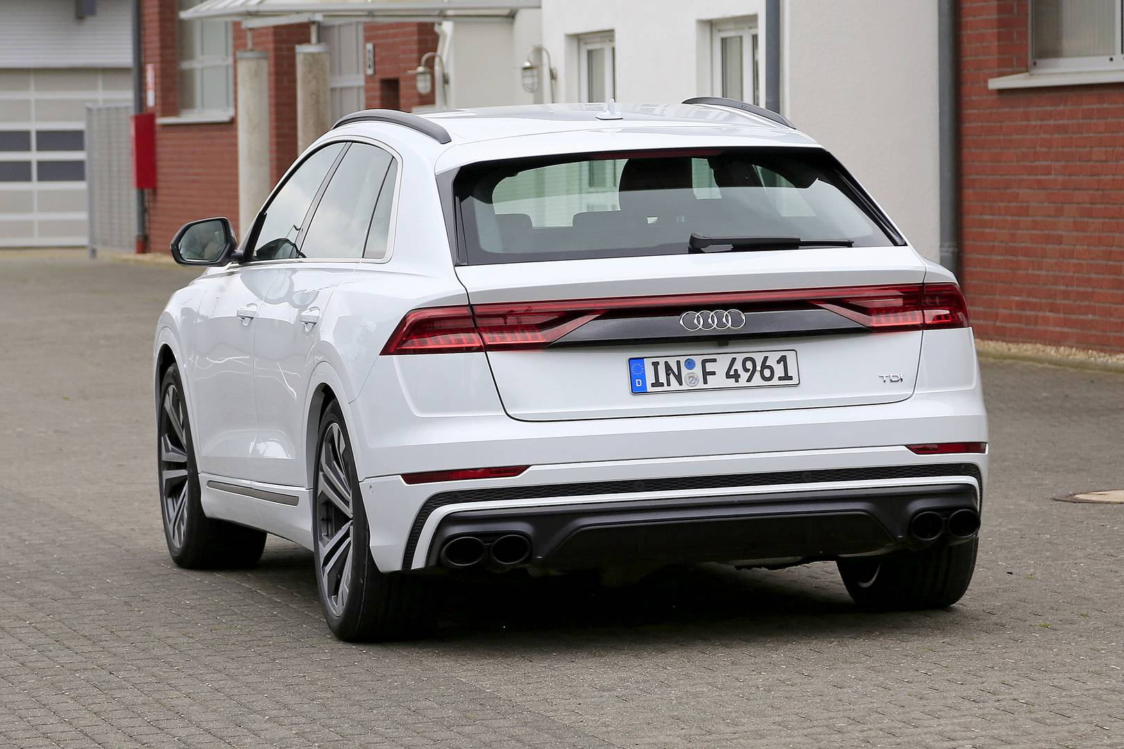 Сегодня мы имеем только одну модель, а модели TDI и TFSI, будут рассчитывают на большую часть продаж, будут выпущены позже. Тем временем фотографы-шпионы обнаружили совершенно неприкрытый прототип нового Audi SQ8.