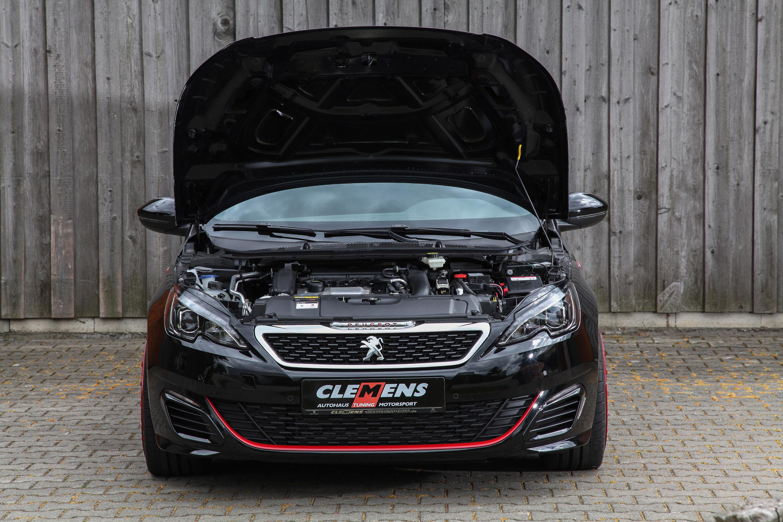 Автомобиль с гордостью демонстрирует диски SCHMIDT REVOLUTION размером 8,5x19 дюймов, обутые в шины размером 235 / 35-19.