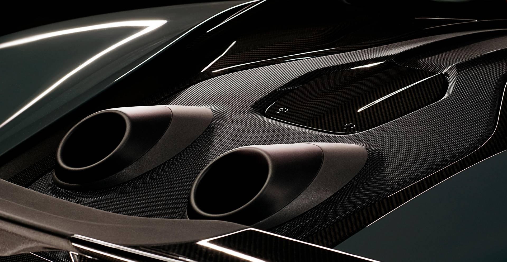 Самым драматичным изменением являются уникальные верхние выхлопные трубы, такие же как у Senna, а впервые они были представлены Porsche на Porsche 918 Spyder. McLaren настроил рулевое управление, дроссельную заслонку и тормоза и установил более прочн