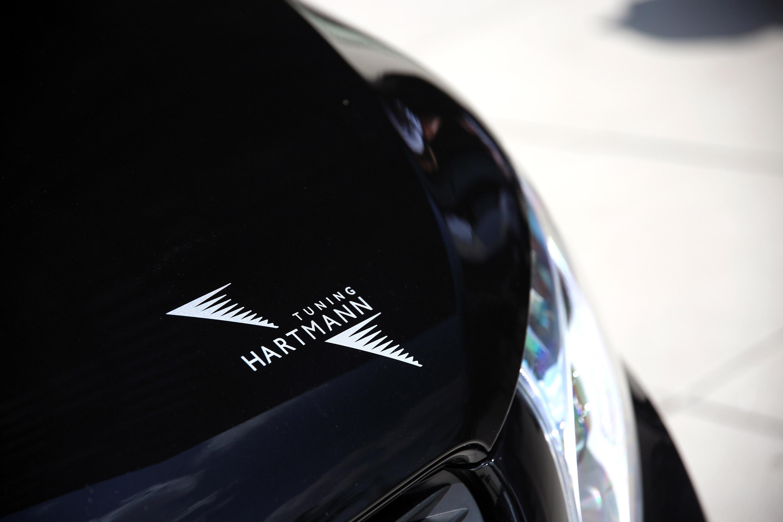 VANSPORT.DE установил специальный пакет обновления для этого Mercedes и придал ему более мощный и динамичный вид: появился новый передний спойлер с угловыми элементами, приглушенными боковыми панелями, задний спойлер и спойлер на крыше.