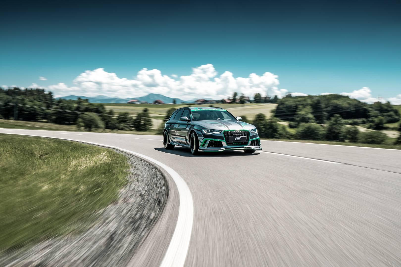 Снаружи Audi получил подходящую виниловую пленку и может похвастаться 21-дюймовыми колесами.