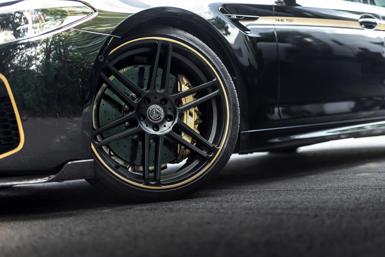 В этом нет никаких сомнений. Однако немецкие специалисты по BMW, MANHART Performance, решили поработать с ним и представить нам лучшую версию F90. Их проект называется MH5 700 и предлагает многочисленными обновления, которые стоит увидеть!