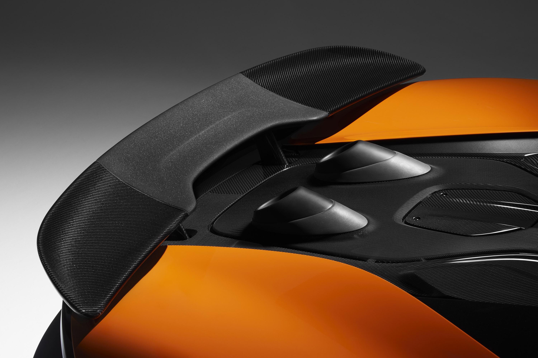 Кроме того, автомобиль имеет улучшенную тормозную систему, в которой используются легкие алюминиевые суппорты и карбоново-керамические диски, которые работают в полной гармонии с новым усилителем тормозов, взятым из McLaren Senna.
