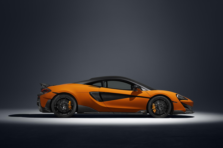 Вдохновленный знаковым Longtail McLaren F1 GTR, новый суперкар также оснащен расширенным передним сплиттером, увеличенным задним диффузором, статичным задним крылом и широким кузовом - этот уникальный вид способствует лучшей аэродинамике и оптимизиро