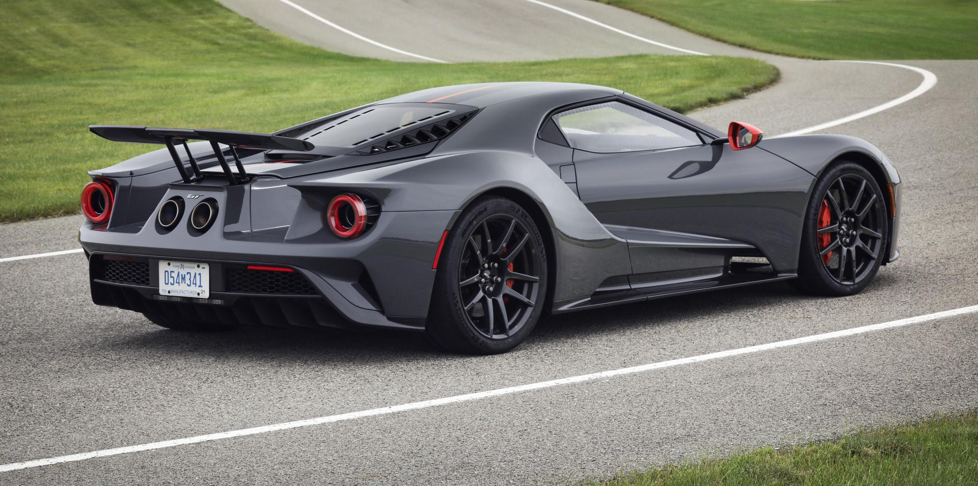 Клиенты, у которых есть заказ на Ford GT, теперь могут конвертировать его в Ford GT Carbon Series. Каждую неделю Ford будет выпускать по одной из этих специальных моделей. Увеличенный производственный пробег из 350 автомобилей будет заполнен через уж