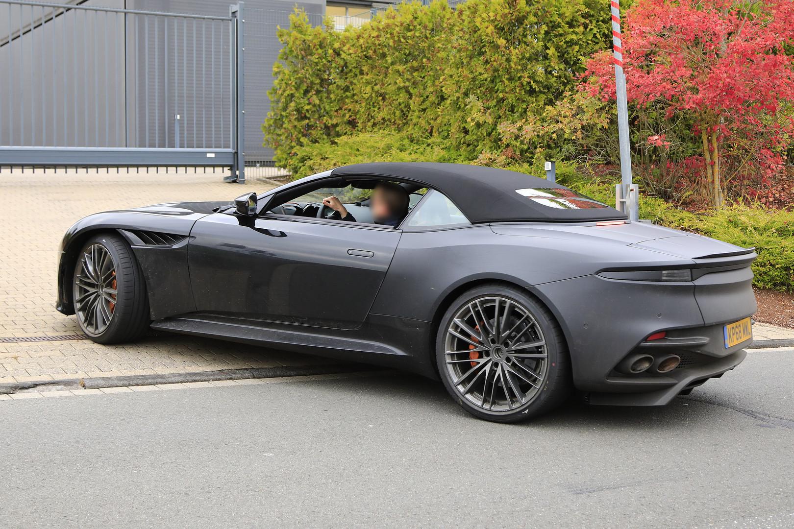 Фотографии показывают, что DBS Superleggera получит традиционную мягкую крышу, почти такую же, как и другие модели Volante от Aston Martin. Мы ожидаем, что он будет представлен на Женевском автосалоне 2019, хотя пока это еще не подтверждено.