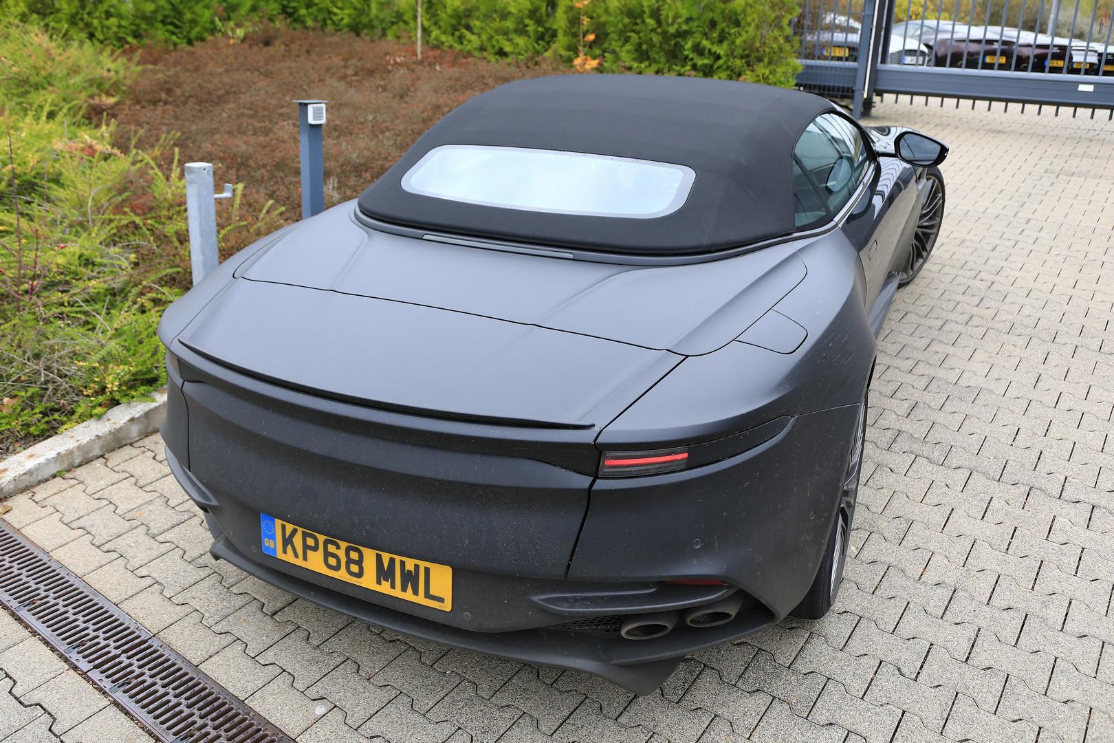 Шпионские снимки Aston Martin DBS Superleggera Volante появились в сети.
