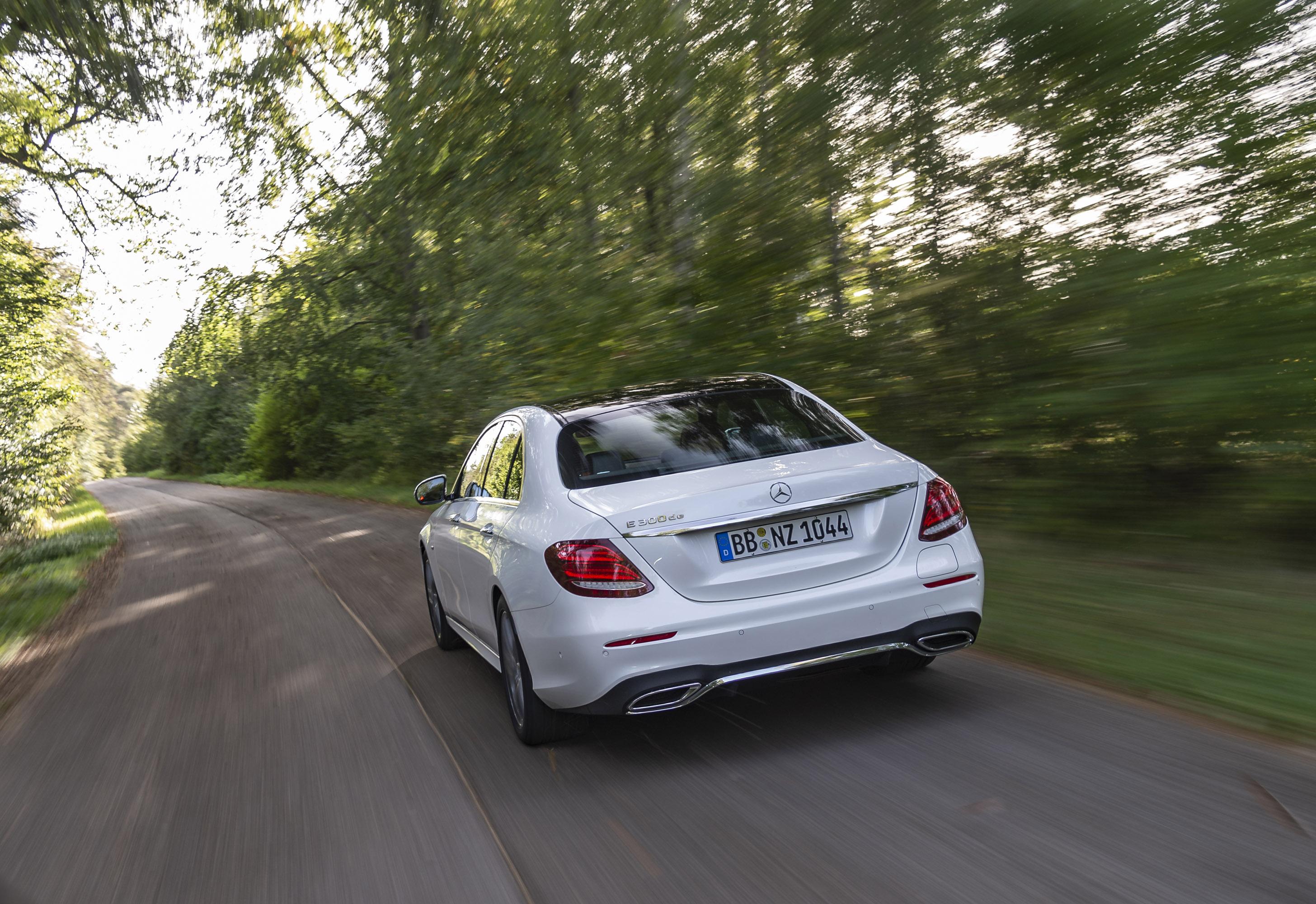 E 300 выглядит красиво, стильно и способным отстоять знаменитый статус высокого качества и роскоши Mercedes-Benz. Новые машины Saloon и Estate оснащены гибким 2,0-литровым дизельным двигателем, который производит в общей сложности 194 л.с. и высокий