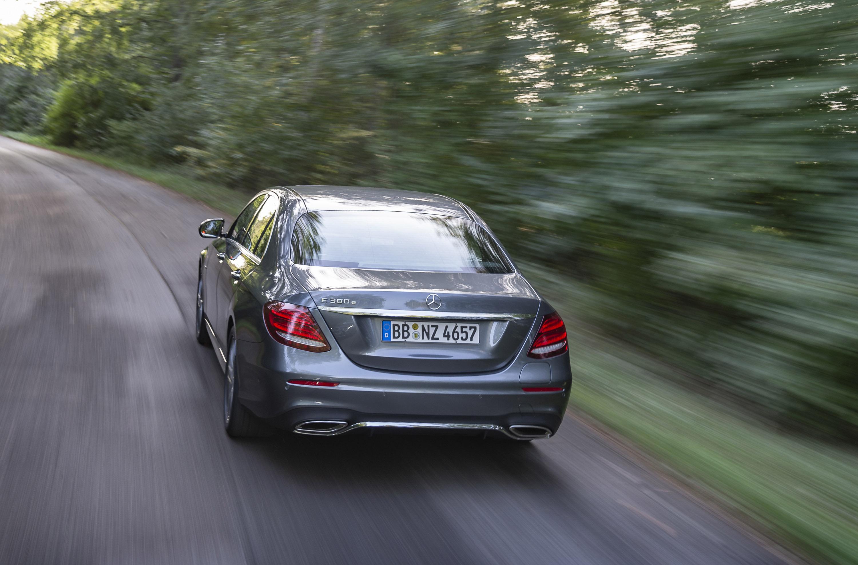 Новый E 300 уже доступен для заказа и команда Mercedes делится с нами спецификацими вариант SE.