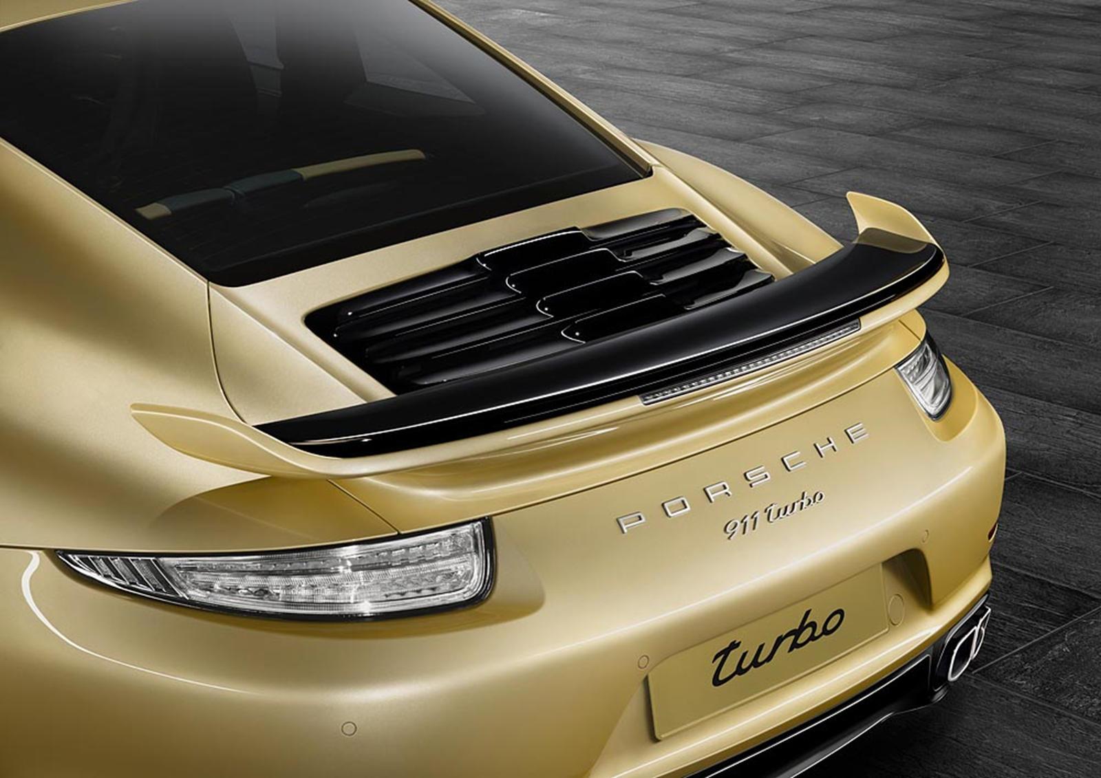 В то время как 991 заметно отличался от предыдущего 997, эта модель лишь слегка усовершенствует существующий внешний дизайн, и на первый взгляд вы можете не отличить один для другого, особенно если смотреть «в лоб».