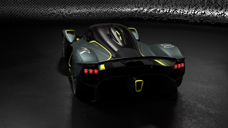 «Q by Aston Martin» также предлагает множество выразительных вариантов персонализации интерьера, в том числе роскошный комплект Gold Pack, в который входит ливрея из 24-каратного сусального золота, нанесенного под лак.