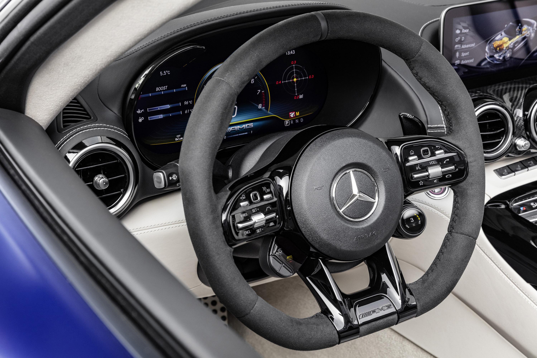 Стандартные светодиодные фары High Performance являются «семейную чертой» внешности AMG GT. Кроме того, V-образная стреловидная форма передней поверхности, которая еще больше подчеркивает динамический облик и воплощает неограниченную тягу вперед маши