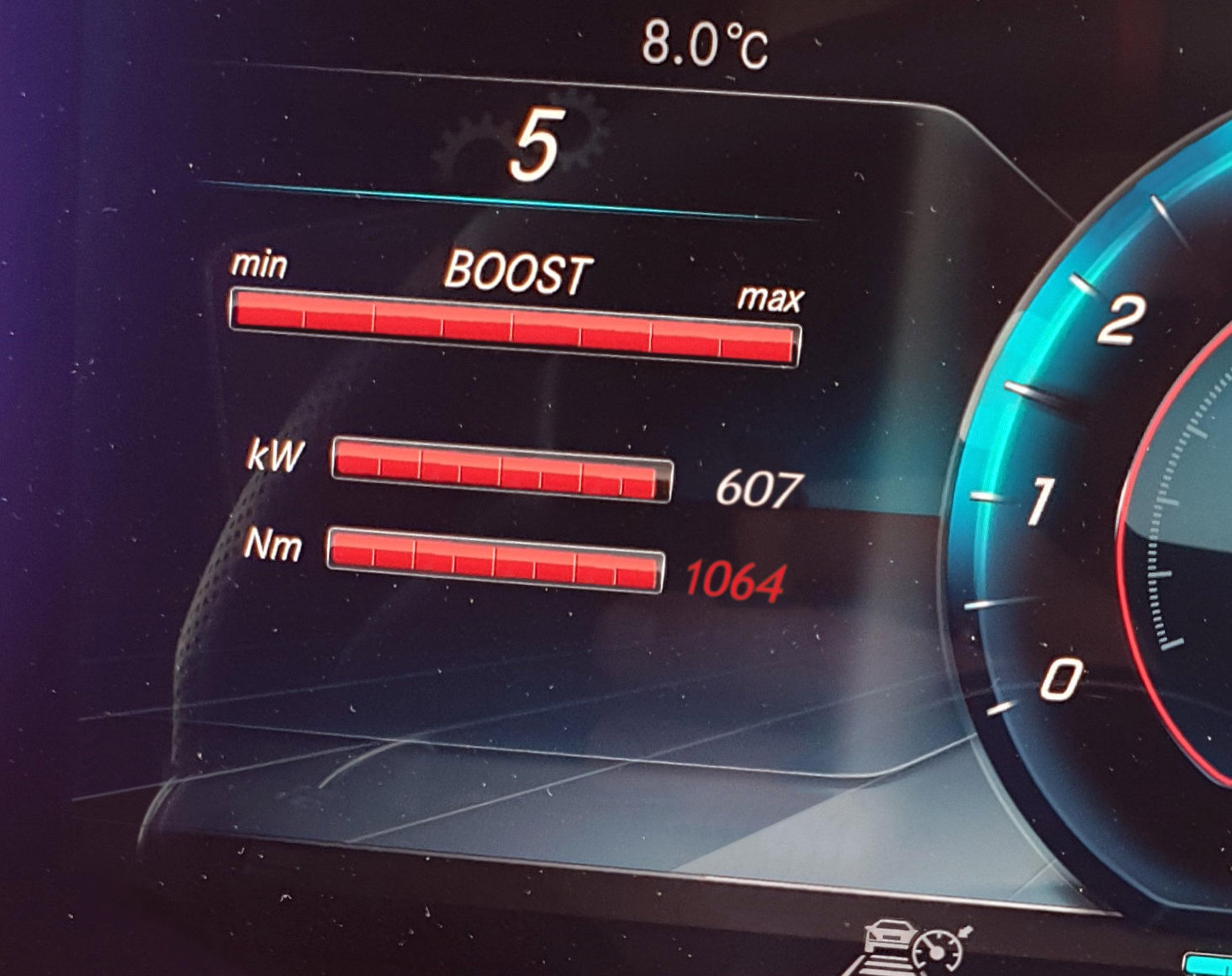 Кроме того, спортивная версия Mercedes-AMG G 63 стала еще мощнее - последний проект AMG оснащен 4,0-литровым двигателем V8 мощностью 585 л.с.