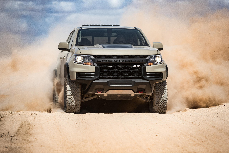 Фактически, это единственная модель Colorado, которая оснащена обтекаемой передней панелью Chevrolet. Новая передняя часть ZR2 обеспечивает улучшенную видимость и выглядит еще более агрессивно по сравнению с его собратьями. Здорово!