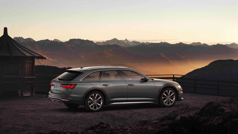Новый модельный ряд A6 оснащен матовыми колесными арками и панелями Scandium серого цвета, широкой решеткой радиатора с хромированными вертикальными планками и 20-дюймовыми эксклюзивными колесами. Также есть алюминиевая отделка на рейлингах на крыше,