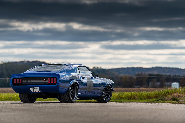 С точки зрения стиля и формы Ringbrothers расширили кузов Mustang на 3 см с каждой стороны, что придает автомобилю более мускулистый и агрессивный вид. Кузов сочетает карбоновые и стальные панели, которые были полностью изменены Ringbrothers. Дополни