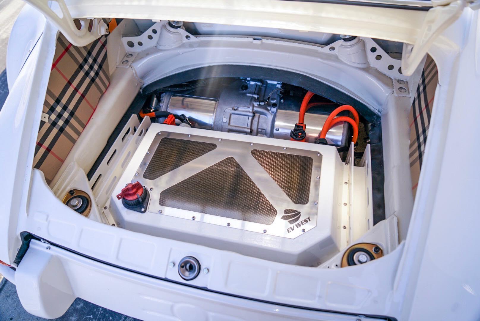 Специалист по калифорнийским электромобилям продемонстрировал комплект для электромобилей на автошоуSEMA 2019. Автомобиль был построен в прошлом году, но в этом году он получил большую огласку, сочетая классические цвета Porsche с красивым интерьером
