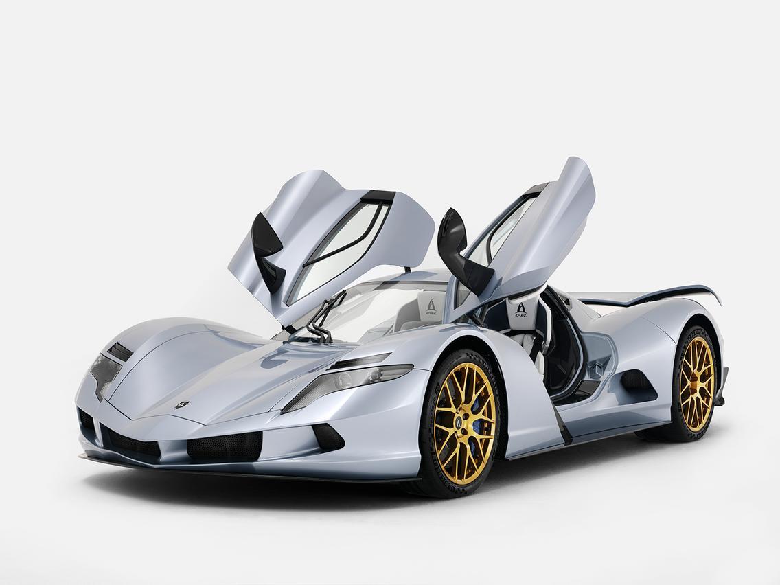 Сзади активное заднее крыло автоматически разворачивается на скорости 150 км/ч, чтобы повысить стабильность на высокой скорости. Оно убирается, когда скорость снижается ниже 100 км/ч. Двери оформлены в стиле «сокол» и доступна только лево-стороння ко