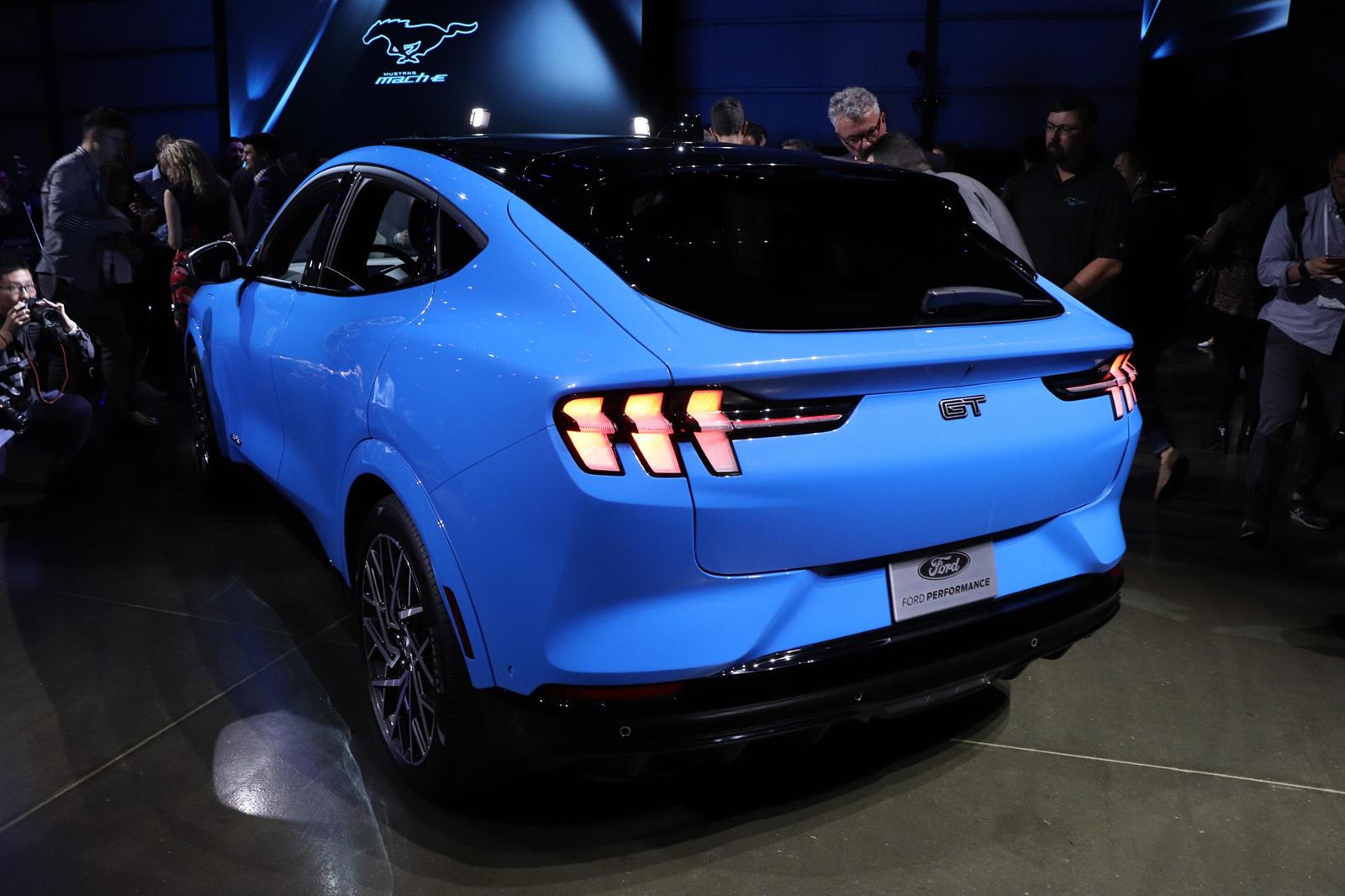 Чуть более недели назад 2021 Ford Mustang Mach-E дебютировал в мире, а затем был показан публике на автосалоне в Лос-Анджелесе. Неудивительно, что спрос на первый в мире электрический внедорожник Ford кажется высоким, поскольку Mustang Mach-E First E